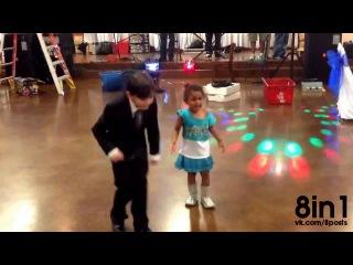 Ревнивая маленькая девочка очень хочет танцевать с мальчиком / A jealous little girl wants to dance