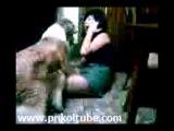 У пьяной девушки в короткой юбке очень тяжелые стринги, бедняжка не может встать :)