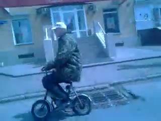 Байкер на моторизованном велосипеде
