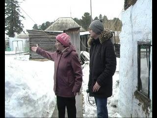 Интересы соседей надо уважать: в огород пенсионерки падает снег с крыши соседской постройки