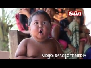 маленький мальчик курит 40 сигарет в день(