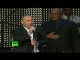 Владимир Путин спел песню и сыграл на рояле пока Обама брызжет слюной - YouTube_1
