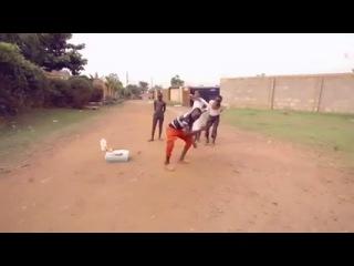 Как танцуют африканские мальчики в деревнях!!!!))))))