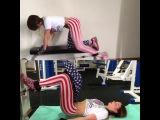 суперсет на ягодицы: первое упражнение- отведение ноги в кроссовере назад, и сразу на ту же ногу ягодичный мостик с одной ногой. Ягодицы просто горят