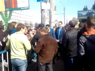 Ляшко, Луганск 07.04.2014 возле сдания СБУ ... тухлодырый бандерлог:))