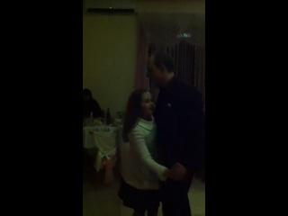 Семейное трио : дядя с племянницей танцуют, а мама поет :-)