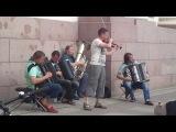 Петербург настолько культурный город, что даже уличные музыканты здесь играют Баха...
