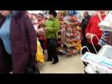 Сумасшедшая в Магните. Прямо на глазах у покупателей женщина сошла с ума...