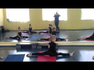Урок растяжки и гимнастики 9 мая 2014.Жук Маша и Котова Ксюша - перекат через поперечный шпагат.