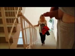 Эксгибиционист дрочит член и кончает при девушке на лестнице