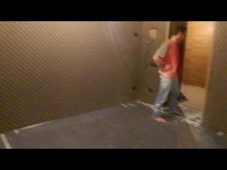 Обивка стен и потолков тканью, 2 стены и барные стойки декорированы каретной стяжкой.
