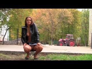 Красивая девушка эксгибиционистка оголяется на улицах города .Фото-видео ссесия Елены