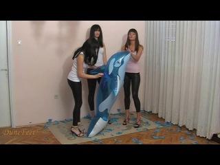 Три девчёнки лопают шарики