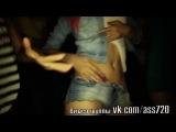 В клубе Две молодые сучки начали сосаться и обниматься и трахать свои киски огурчиком Лизбиянки красиво трахаются видео дома