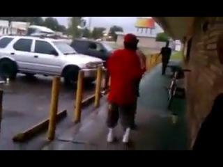 Дед боксёр вырубил молодого парня одним ударом