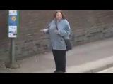Девушка танцует на остановке!