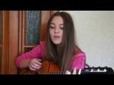 Милая девушка поёт красивую песню