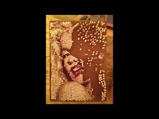 Создание портрета Мерлин Монро из пробки Конрадом Энгельгардтом