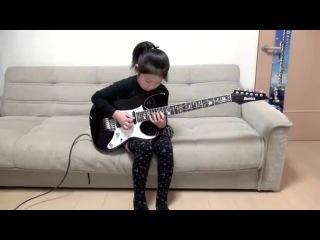 8-летняя японская девочка круто играет на электрогитаре