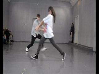 парень с девушкой класно танцуют