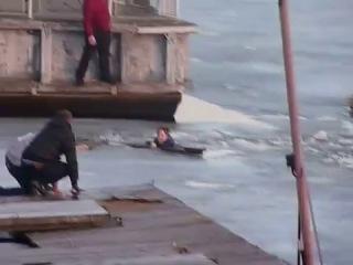 Спасение костромички на льду в Костроме