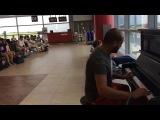 Пианист в аэропорту Праги в ожидании самолёта