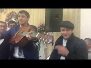 Парень освободился из тюрьмы, и спел песню на свадьбе у своей бывшей девушки.