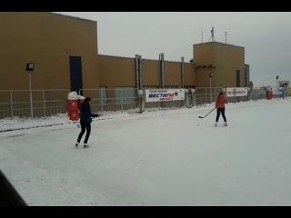Данита и Регина играют в хоккей