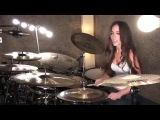 Девушка круто играет на барабанах