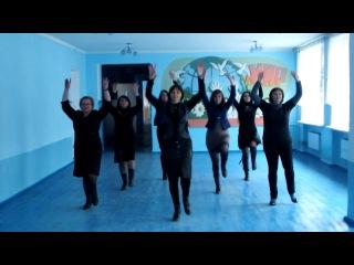 Учителя 20-й школы танцуют мини- флэшмоб)
