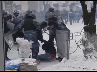 клип украинской группы Social Classes . Ресурс YouTube удалил его за чрезмерную жестокость. Участники группы удивлены, ведь видео лишь показывает хроники событий на Майдане и Грушевского.