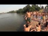 пацаны очень круто прыгают в воду
