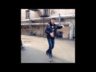 Когда слушаешь музыку на улице (Vine by Sasha Mills)