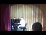 Саша играет песню Майли Сайрус ,талантливый парень