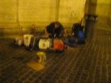 Ночью в Риме. Музыкант играет на канистрах!