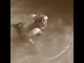 как плавают девушки