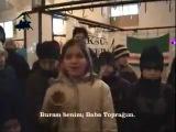 Девушка плачет и поет песню о Чечне