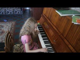 Ася играет на пианино