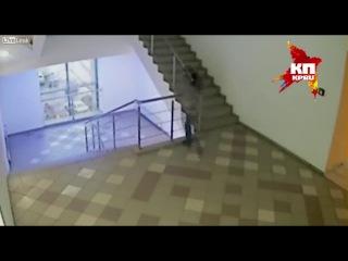 В Волгограде девушка под прицелом камер сбросилась с лестницы торгового центра