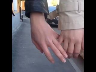 когда случайно схватился с другом за руки (vine)