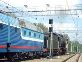 Грузовой магистральный паровоз Лв - 0283 с пассажирским поездом отправляется со станции