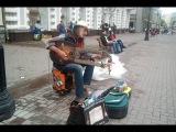 Уличный музыкант и его чудо-инструмент!