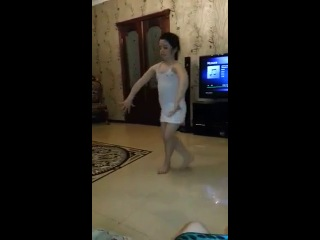 Маленькая чеченка танцует)