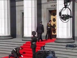 Солдат уронил винтовку на инаугурации Порошенко