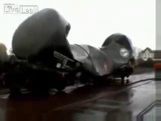 Мощный вакуум сминает цистерну