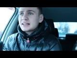 Чувак классно читает русский рэп под музыку в машине.