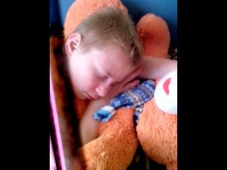 спать вредно рядом ходит старшая сестра)))))алена