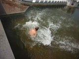 бомж делает сальто в фонтан)))