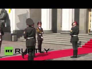 Дурной знак для Порошенко! Украинский солдат упал и выронил оружие: инаугурация ПОРОШЕНКО