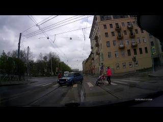 Молодой водитель не пропустил бабушку на пешеходном переходе на Васильевском острове